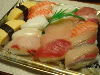 """『魚喜(うおき)』の""""厳選生ネタにぎり寿司 14貫""""は、市場で競り落としたとれたての地魚を握り寿司にしてあり、魚屋直営の新鮮で上質なネタをタップリと味わうことが出来る。魚屋ならではの新鮮なネタを使った旬の握り寿司が500円(税込)と言う衝撃価格だ。"""