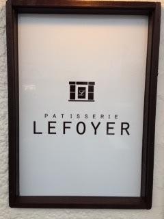 """有名スウィーツ店で修行を重ねたご主人が営む『LE FOYER(ル・フォワイエ)』の""""ストロベリーショートケーキ""""は、水分が多めのシットリとしたスポンジ、甘酸っぱいストロベリー、軽い口溶けの生クリームが絶妙にマッチする。"""
