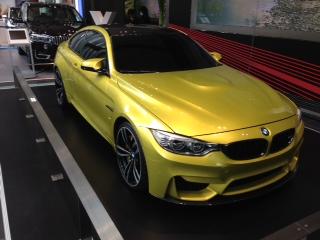 """『BMW Group Studio』に飾られている""""BMW i3""""は、BMW初の電気モーターで走る量産車として、大都市圏向け電動駆動の車として専用設計された4人乗りモデルだ。""""BMW M4""""は、レーシングカーとしてだけで無く、日常の足としても活躍する実用性を併せ持っている。"""