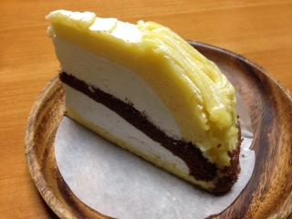 """『茶寮 卯辰(うたつ)かなざわ』の自家製""""シュークリーム""""は、サクサクの食感に焼き上げたシュー生地にタップリと濃厚なカスタードを詰め込んだシュークリームは、甘さ控え目で、舌触りが滑らかなカスタードクリームにフワッとバニラが香りして、ペロッと完食した。"""