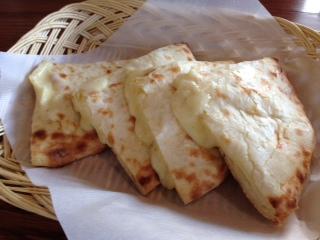 """『SHARMA(シャルマ)・野々市店』の""""カレーランチ""""は、""""豆腐カレー&タケノコキーマカレー""""だ。別注の""""チーズナン""""は、タップリ包含されたコクとミルキーな甘さのあるチーズは、ボリュームが満点で、ガツンと来る。"""