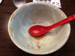 """『味噌専門 麺屋 大河』の""""味噌ラーメン""""は、スープが、円やかでコクがあるのにサッパリとした味わいだ。麺は、小麦粉の味がある縮れ太麺で、スープとの相性抜群で、柔らかめのチャーシューが組み合わされている。炭水化物祭り一歩手前だ(爆)"""
