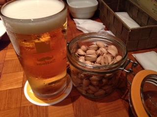 『CRAFT BEER HOUSE molto!!(クラフト ビアハウス モルト!!)』は、JR大阪駅から近くて、景色がイイ場所にあり、クラフトビール、ワイン等、各地の特産物を使用したイタリア料理をクチに出来る飲食店だ。特に窓際の席からの夜景がキレイだ。