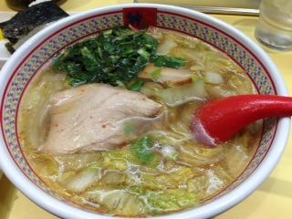 """『神座(かむくら)』の""""おいしいラーメン""""は、名前や店構えだけで無くメニューやラーメンの味も風変わりで、アッサリした醤油味のスープに、クタクタに煮た白菜と薄・中・圧の3種類のチャーシューが入っていて、3回は別の食感が味わえる。"""