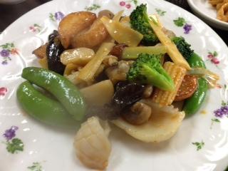 """『上海料理 華林楼(かりんろう)』の""""長イモと二種海鮮の四川風炒め定食""""は、長芋、イカ、シジミ、タケノコ、スナックエンドウ、キクラゲ、ブロッコリー等の食材を炒めてあり、アッサリしたピリ辛が食欲をソソル。中華のてんこ盛りを味わい尽くしたい方にオススメしたい。"""