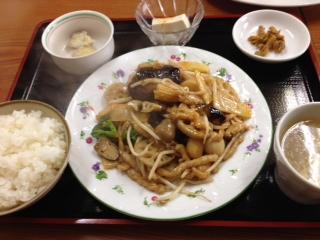 """『上海料理 華林楼(かりんろう)』の""""加賀レンコンと豚肉の味噌炒め""""は、仄かに甘い肉味噌にシャキシャキ感のある加賀レンコンの新鮮な歯応えがアクセントになり、ご飯が進む。"""