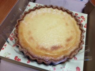 "『Quil fait bon(キル フェ ボン)』の""ブルターニュ産 ル ガールクリームチーズのタルト""は、サクサクした甘いタルト生地の上に濃厚なコクのあるクリームチーズ味の層が乗っていて、滑らかなクチ当りとミルクのコク、贅沢な味わいがする。"
