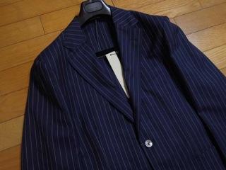"""『BOGLIOLI(ボリオリ)』の""""DOVER(ドーヴァー)""""チョークストライプスーツは、肩パットや毛芯等の副資材を極力省いたアンコン仕立てで製造されており、カーディガンを羽織っているかの様に錯覚するほどの軽い着心地が魅力だ。"""