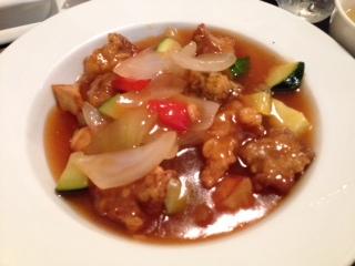 """『Stylish Chinese SHENG(スタイリッシュ チャイニーズ シェン)』の""""日替りランチ・酢豚 ケチャップ味""""は、フルーティーなソースに野菜がタップリと食べられるので、ご飯が進む。高級中華料理店で出て来る洗練されたあの味をリーズナブルにクチに出来る店だ。"""