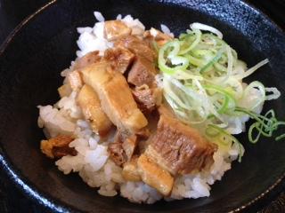 """『麺屋 吉宗』は、無添加・天然素材に拘った鶏濃厚魚貝煮干しラーメンと鶏濃厚魚貝鰹ラーメン店だ。""""煮干しラーメン""""の魚介系豚骨スープは、見た目にも濃厚で、トロミがあり、シッカリと魚介の味がするが、クリーミーだ。コシのある太麺にトロトロチャーシューが最高だ!"""
