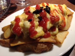 『MAPLE HOUSE(メープルハウス)』の姉妹店の『bar de Arce(バル・デ・アルセ)』は、スペイン料理とワインを気軽に楽しめる。比較的に静かな界隈で、こじんまりとしたオシャレなスペインバルなため、デートや女子会には丁度イイ。