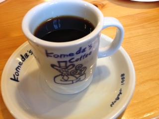 """『コメダ珈琲』の""""モーニングセット""""は、コーヒーの単品価格に厚切りトーストとゆで卵が付いて来るお得感がタップリの開店から11:00までの嬉しいサービスだ。""""シロノワール""""は、温かいデニッシュの上にソフトクリームトッピングしてある名物メニューだ。"""