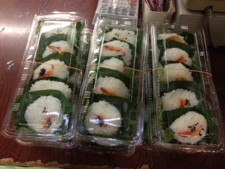 """小松市と旧鳥越村の境にある『中ノ峠物産販売所』でクチにした""""岩魚塩焼""""は、竹串のまま、頭からかぶりついたのだが、身が引き締まっていて、弾力があって、甘くて旨い。""""いわな押し寿し""""幻の魚といわれ珍重される新鮮な岩魚を酢〆にしてあるため、川魚特有の癖が無い。"""