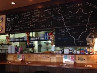 『Trattoria QUA QUA(トラットリア クアクア)』は、イタリアのトスカーナ郷土料理店だ。パスタは、正にに熱々のアルデンテで、こんなに重量感のある食べ物だったっけと思わせるような食べ応えだ。見た目以上のボリュームがあり、深み、香り、旨味、相性が抜群だ。