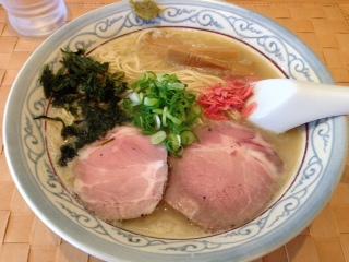 """『自家製麺 のぼる』の""""京しお""""は、鶏スープの下支え、コクがいい感じにクチの中に訪れる万人が好みそうな白濁した円やかな鶏白湯のスープは、サラっとアッサリしている。硬めの細麺は、角がしっかりとしている印象で、食感も新しいスープとの絡みもなかなかイイ感だ。"""