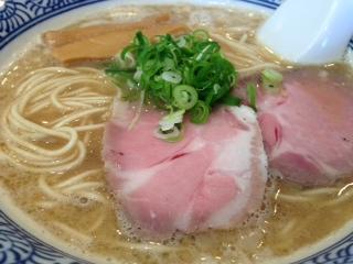 """『自家製麺 のぼる』の""""京ラーメン""""は、醤油ダレが程よく効いたチキン感あるスープは、サラッとした食感の中に啜れば濃厚な鶏の旨み、深い味わいがある。スープを引き立てる麺は、小麦の風味が残る硬めのストレート中細麺で、スルリと喉越しのイイ麺がスープに合う。"""