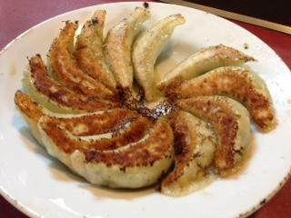"""『龍美(たつみ)』の""""ラーメン""""は、生粋の醤油味スープ、縮れ細麺が、昔懐かしい庶民的な素朴な味がする。""""焼餃子""""は、手作りならではの皮が、プルプル&モチモチしていて、楽しい食感だ。素朴でありながらも単調では無い独自の深い味が、じんわりと身体に染み渡る。"""