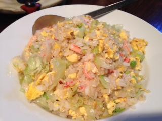 """『全開口笑(ぜんかいこうしょう)』の""""担々麺""""は、12種類の厳選された香辛料や調味料をブレンドしてあるスープに深みとコクがあって、感動モノだ。""""レタスチャーハン""""は、蟹肉、卵、レタスが絶妙なハーモヒーで、50万食を突破したオリジナル看板人気メニューだ。"""