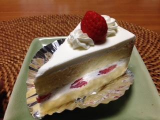 """『ノルマン洋菓子店』の""""イチゴショートケーキ""""は、上に塗られた生クリームがサッパリとした軽いクチ当たりで、スポンジの間にも上質の生クリームとイチゴがサンドされ、ふんわりと仕上げられている。"""