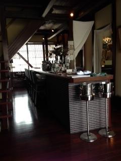『LA NENE GOOSE(ラ・ネネグース)』は、中心街近くの住宅街にひっそりと佇む小さな隠れ家レストランだ。その扉を開ければ、町家の雰囲気を残した美しく落ち着いた空間が広がる。料理のすべてに旬と彩と技術が詰め込まれ、それを感じられる素晴らしい逸品だった。