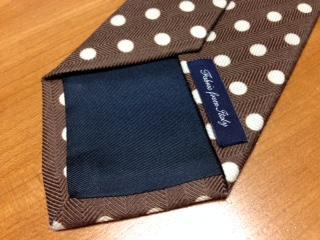 """『メーカーズシャツ鎌倉』で購入した""""ウール製ドットプリントタイ""""は、最も旬なプリントタイを厳選したコレクションで、イタリアの名門メーカー製の上質な生地で製造したNapoli Print Collectionとして取り扱われている。"""
