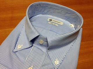 """『CAMICIANISTA(カミチャニスタ)』の""""スリムフィットシャツ""""は、イタリア人ディレクターの卓越したデザインと仕立て技術から生まれたため、襟のロールが美しく、ネクタイをしめた際にもノットが驚くほど綺麗に収まる。1度、袖を通してみませんか。"""