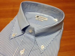 "『CAMICIANISTA(カミチャニスタ)』の""スリムフィットシャツ""は、光沢のあるサテンストライプ生地を使用しており、ベーシックシャツの中でもサックスの白抜きストライプはイタリアらしい適度な色気と抜け感を持った雰囲気が魅力だ。"