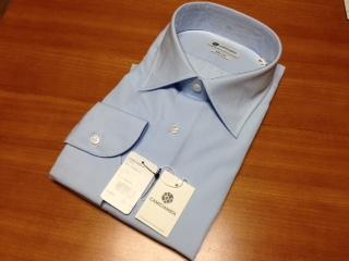 """『CAMICIANISTA(カミチャニスタ)』の""""スリムフィットセミワイドシャツ""""は、100番手の双糸を使用したとてもしなやかで上質なシャツ生地は、ブロードとも呼ばれる平織りのベーシックな基本中の基本であり、ソフトな素材感が着心地を引き立たせている。"""