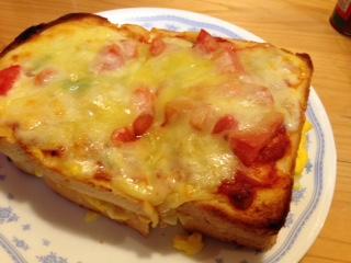 """『コメダ珈琲』の""""たっぷりたまごのピザトースト""""は、トッピングされいているとろけるチーズがパン全体に行き渡たっている。 サンドされているタマゴのが大量のため、不覚にも、終盤、持て余しましてしまった(爆)"""