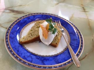 """『スミカグラス』の""""日替りランチ""""は、季節の野菜等の拘り食材をふんだんに使用した日替わりで、シッカリと満腹感が得られるメインに加え、数種類の小鉢を含むその持ち味を十分に引き出した手間隙掛けた渾身の献立は、素材の旨さを最大限引き出すための拘りが感じられる。"""