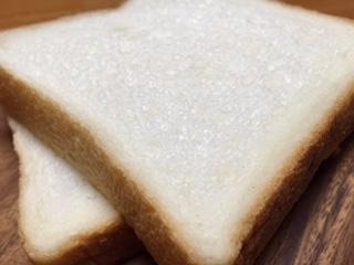 """『食パンのtonton(トントンハウス)』の""""卵と牛乳不使用の食パン""""は、耳まで柔らかく、指の跡が付く位に柔らかで、大きな気泡がたくさん含まれている生地は綿の様に肌理細やかだ。噛み締める程にモッチリした食感が湧いて来るのが、不思議だ。只管、小麦粉の香りと甘みが�"""