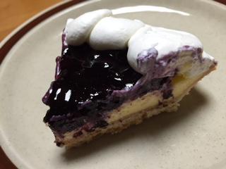"""『Kabuto(かぶと)』の""""ブルーベリータルト""""は、バターの香りが強いサクサクのタルト生地に甘〜く熟した大粒でフレッシュなブルーベリーは、果肉が柔らかで、メチャクチャジューシーだ。"""