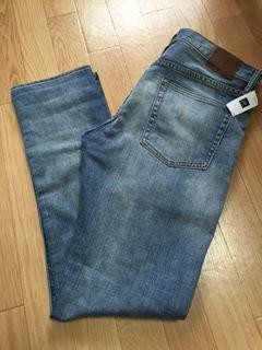 """『GAP』の""""1969 slim fit jeans・light vintage wash""""は、カジュアルでクールなテーパードレッグに僅かにストレッチを効かせたコットンを使用しているため、程よいフィト感がある。また、全体的にヴィンテージ加工と部分的にクラッシュ加工を施したスリムフィットだ。"""
