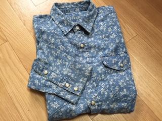 """『GAP』の""""1969 Western floral denim shirt""""は、アイランド風のフラワー パターンのシャンブレーインディゴ染めの生地で仕立てられたウエスタンシャツもウォッシュ加工を施したモデルだ。見た目以上に軽やかな着心地も魅力だ。"""