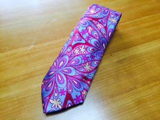 """""""DUCHAMP(ドゥシャン)""""は、多色使いの経糸の上に特別な方法で染色された糸でイギリス工場で独占的に織り上げ、その結果、色彩の深さ、豊さで最高品質と認められると共に、ハンドメイドの縫製と合わせて他に類を見ないネクタイを作りだしている。"""
