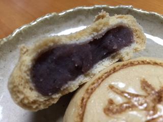 """7月1日の「氷室の日」に購入にした『桶和万頭店』の""""氷室饅頭""""のモッチリ感を出した皮は上品な風味だ。また、多めに入った餡は、厳選した小豆を使用し、きめが細かく、滑らか甘さは、何個食べても飽きない。饅頭の中央に押された屋号の焼印に込めた歴史が伝わる。"""