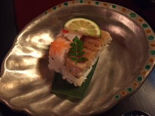 勤務先の暑気払いで訪れた『金沢料理旅館 山乃尾(やまのお)』の静けさが密やかに流れていく空間内で、季節と料理人の技を感じる味わいのある懐石料理を頂いた。見て楽しく、食べて美味しく、寛ぎのひとときを堪能でき、特別な時間を過ごせる。