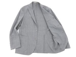"""『BOGLIOLI(ボリオリ)』の""""DOVER(ドーヴァー)""""ライトグレースーツは、肩パットや毛芯等の副資材を極力省いたアンコン仕立てで製造されており、カーディガンを羽織っているかの様に錯覚するほどの軽い着心地が魅力だ。"""