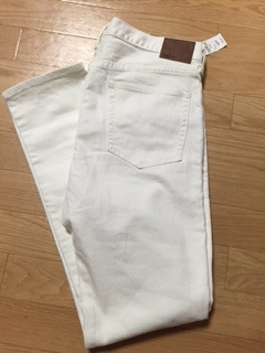 "『GAP』の""1969 skinny jeans・stone white wash""は、クールなスキニータイプのためスッキリとしたシルエットになっているが、思ったほどタイトじゃなくて、洗いがかかっているため、履き易い。"