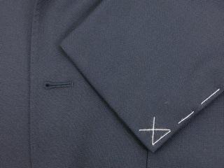"""『BOGLIOLI(ボリオリ)』の""""DOVER(ドーヴァー)""""ネイビーブルーのスーツは、肩パットや毛芯等の副資材を極力省いたアンコン仕立てで製造されており、カーディガンを羽織っているかの様に錯覚するほどの軽い着心地が魅力だ。"""
