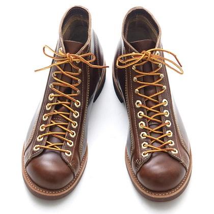 """WARE HOUSE(ウエアハウス)が別注したWeinbrenner(ウェインブレナー)社の""""Roofer Boots(ルーファーブーツ)""""は、HORWEEN(ホーウィン)社のホーススリットレザーを使用し、コルクオイルレジスタントソール、ヘキサゴンアイレット等拘り抜いた逸品だ。"""
