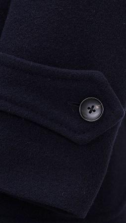"""『リングヂャケット(RING JACKET)』の""""New Balloon Navy Coat""""は、昨年まで人気だったヴィンテージなPコートをよりドレス感を強くし、衿型・衿の雰囲気・脇ポケット・袖口をアップデイトすることで、Pコートのヴィンテージ感は残しつつ、スーツの上ににも着用できる。"""