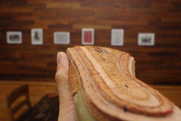 ハンドソーンウェルテッドの靴の場合、インソールの裏側にリブと呼ばれるものを彫って加工します。