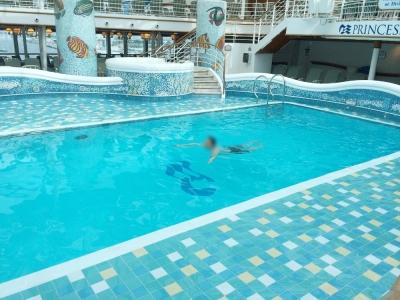 ダイヤモンドプリンセス屋内プールで泳ぐ
