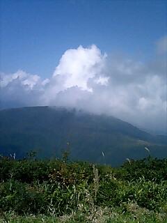 右手に、吾妻山への道がみえますね。