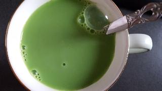 牛乳に溶かした「キューサイの青汁」20161226