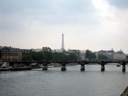 セーヌ川の向こうにエッフェル塔
