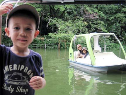 ボートで遊ぶ私達♪