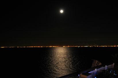 京浜工業地帯の夜景と月