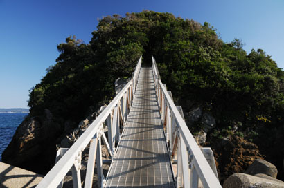 鴨川灯台へ続く橋